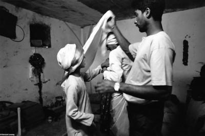 A minuit, préparation d'une reconstitution mythologique, Trois-Bassins 1992 © Bernard Lesaing