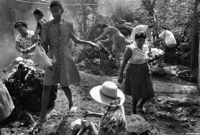 Préparatifs du repas collectif, après cérémonie, chapelle des Jeunes Tamouls de la Pointe au Sel, 1992 © Bernard Lesaing