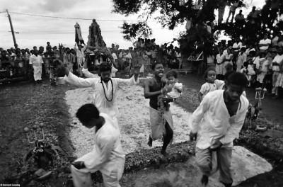 Bain de lait, après le passge dans le feu, chapelle de Grand Fond, 1993 © Bernard Lesaing
