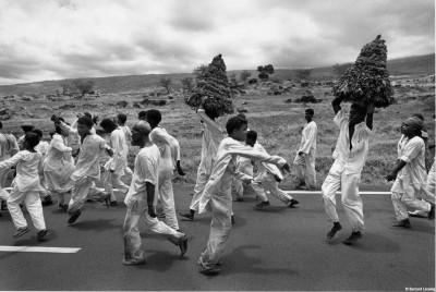 Danse de remerciements, le lendemain après la marche dans le feu, sur la route de Saint-Leu, 90's © Bernard Lesaing