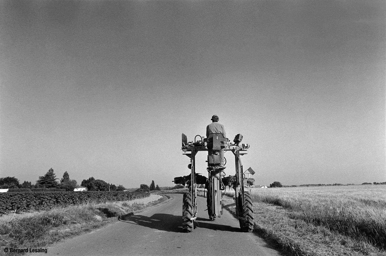 Sur la route tracteur enjambeur pour le mais,Puyricard,20111