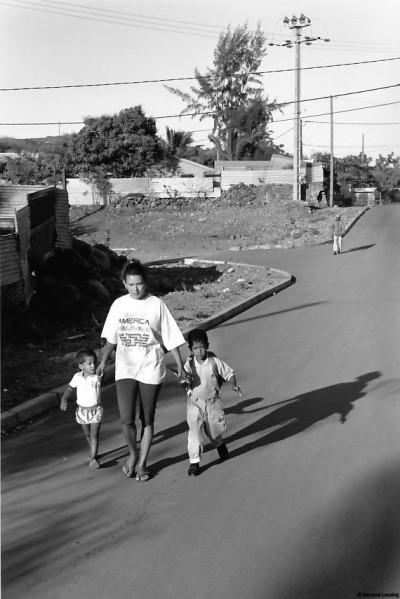 Sur le chemin de l'école, Rivière des Galets, 1991 © Bernard Lesaing