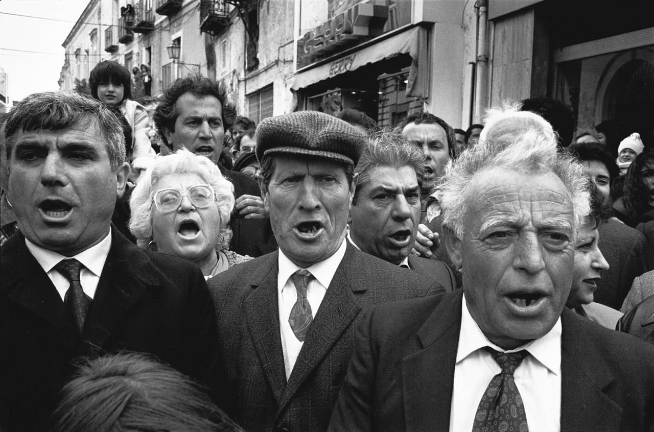 Chanteurs à la procession de l'ange, Forio, Ischia, 1990-92 © Bernard Lesaing