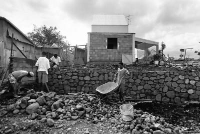 """Aménagement par les propriétaires de leur """"LES"""" en accession à la propriété, Aménagement des Logement Evolutifs Sociaux, Rivière des Galets, 1992 © Bernard Lesaing"""
