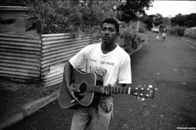 Le soir, dans la ruelle Modibo keita, Rivière des Galets, 90's © Bernard Lesaing