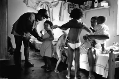 """Scènes d'intérieur, cases """"bois sous tôle"""" Rivière des Galets, 1992 © Bernard Lesaing"""