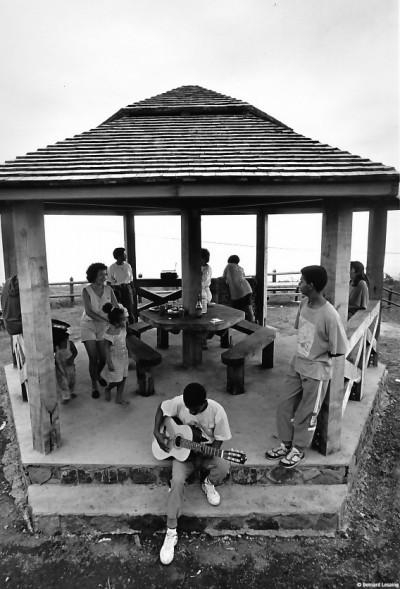 Pique-nique le dimanche, au kiosque, Trois-Bassins, 1993 © Bernard Lesaing