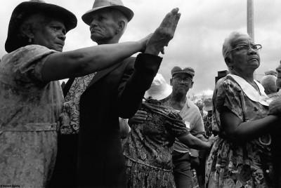 """Danse du séga, fête des """"Gramouns"""", Le Port, 1993 © Bernard Lesaing"""