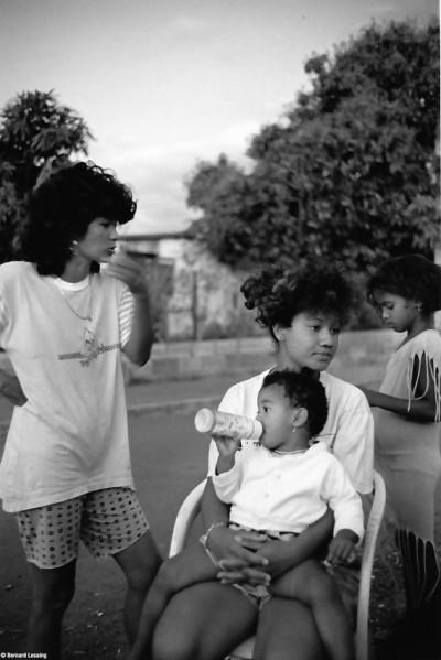 Fin d'après-midi, devant la case, Rivière des Galets, 1991 © Bernard Lesaing