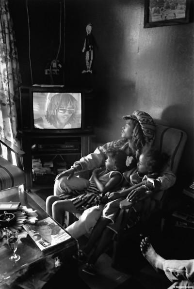 """Patrick chez son oncle à la Saline devant """"son clip"""", 1991 © Bernard Lesaing"""