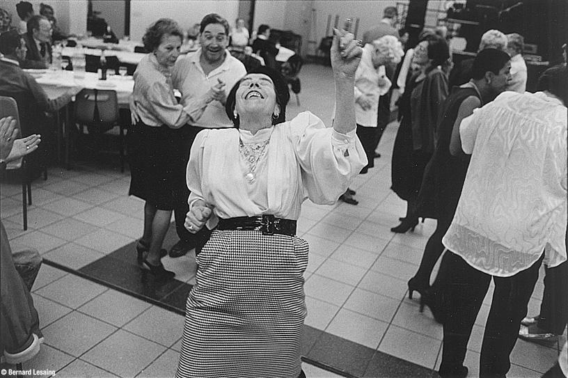 Après-midi dansant pour la nouvelle année, Encagnane, Aix en Provence, 1998 © Bernard Lesaing