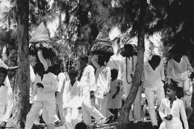 Arrivée des pénitents au lagon, Saint Leu, 1991 © Bernard Lesaing