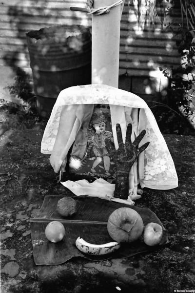 Offrandes devant les divinités, chapelle privée, Piton Saint-Leu, 1990 © Bernard Lesaing